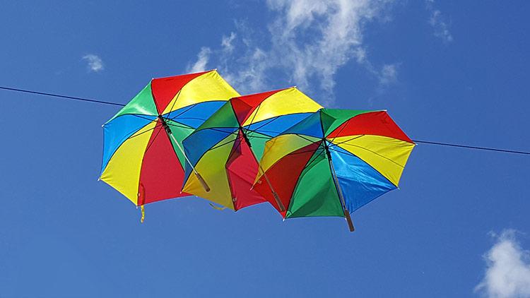 Schirme am Herrieder Altstadtfest